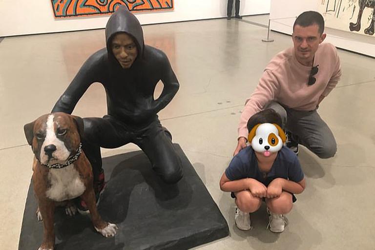 Орландо Блум с сыном в музее The Broad