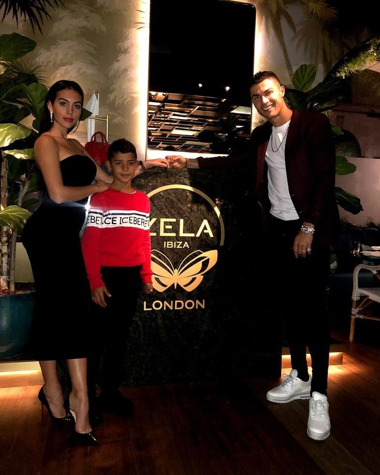 Джорджина Родригес и Криштиану Роналду с сыном