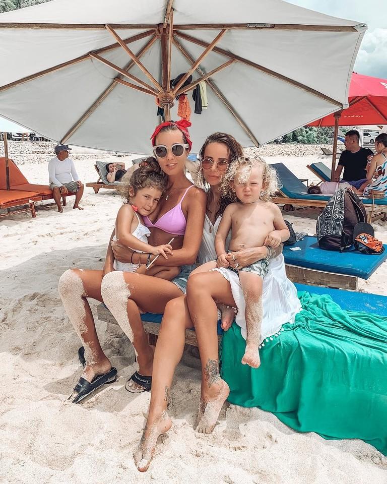 Кэти Топурия с дочкой Оливией Айза Анохина с сыном Элвисом
