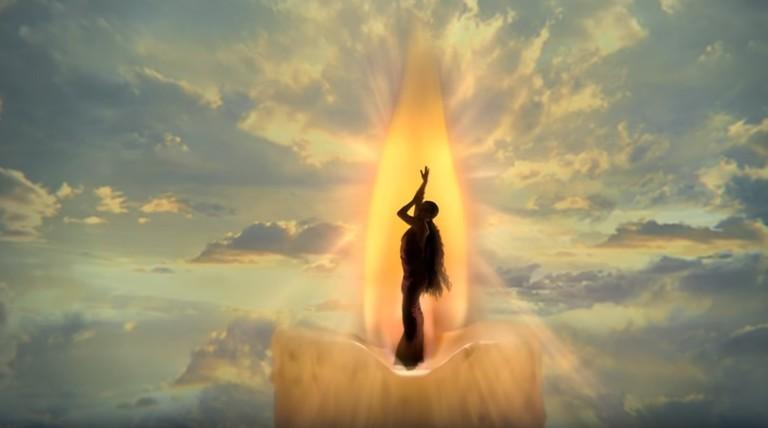 Кадр из клипа Арианы Гранде God Is a Woman