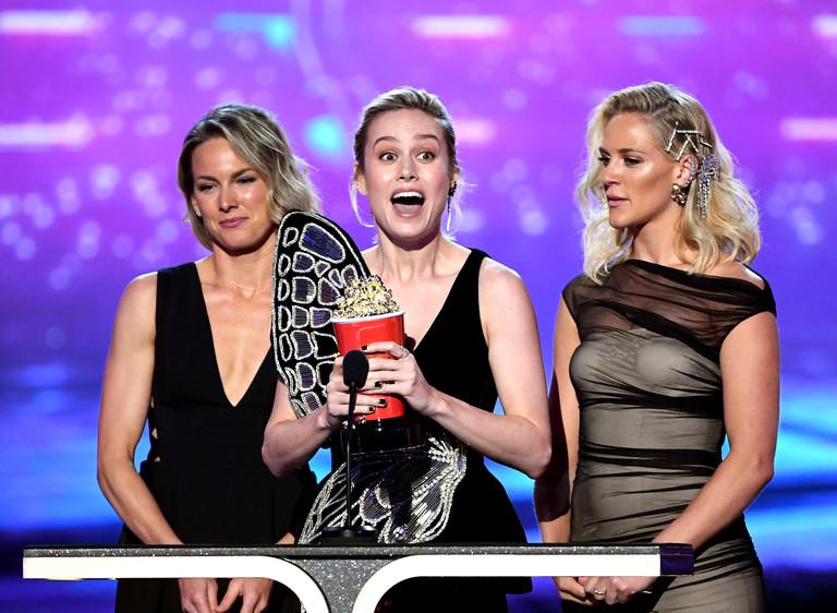 Бри Ларсон с дублерами на премии MTV
