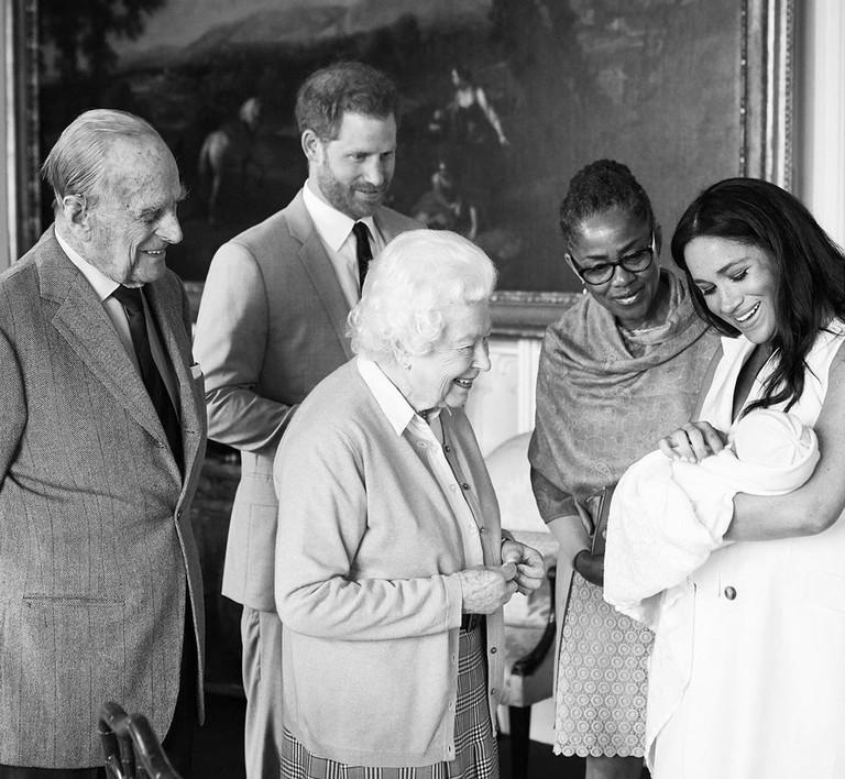 Принц Филипп, принц Гарри, Елизавета II, Дория Рагланд и Меган Маркл с сыном