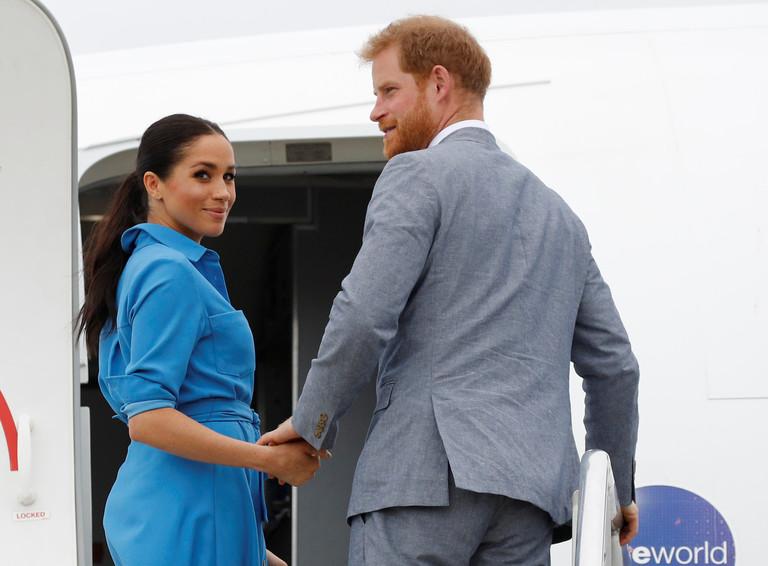 Меган Маркл и принц Гарри во время визита в Тонгу