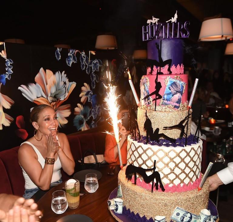 Дженнифер Лопес и торт в честь премьеры «Стриптизерш»