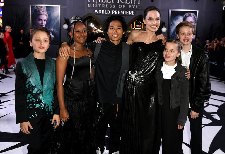 Анджелина Джоли с детьми на премьере «Малефисенты»