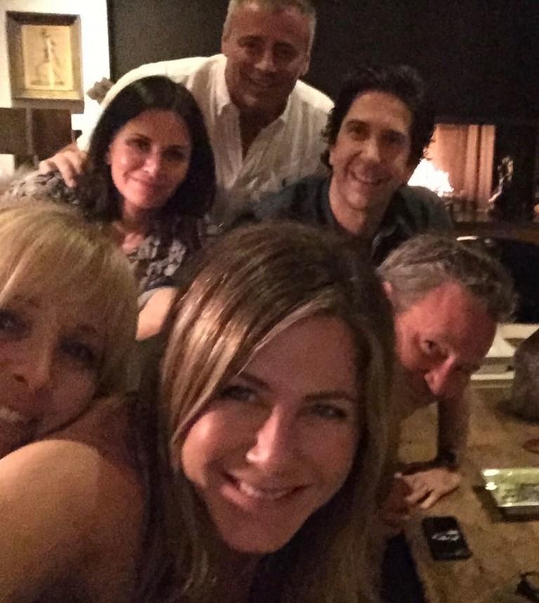 Дженнифер Энистон с коллегами по сериалу «Друзья»