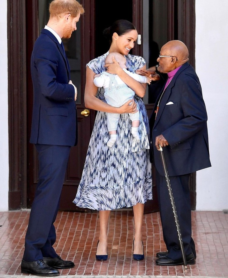Принц Гарри и Меган Маркл с сыном Арчи и архиепископом Десмондом Туту