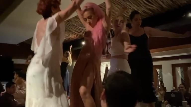 Леди Гага с невестой и гостями