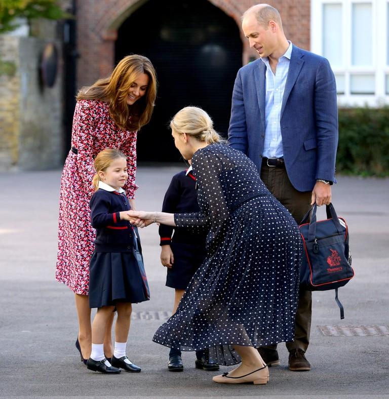 Принцесса Шарлотта пожимает руку Хелен Хаслем