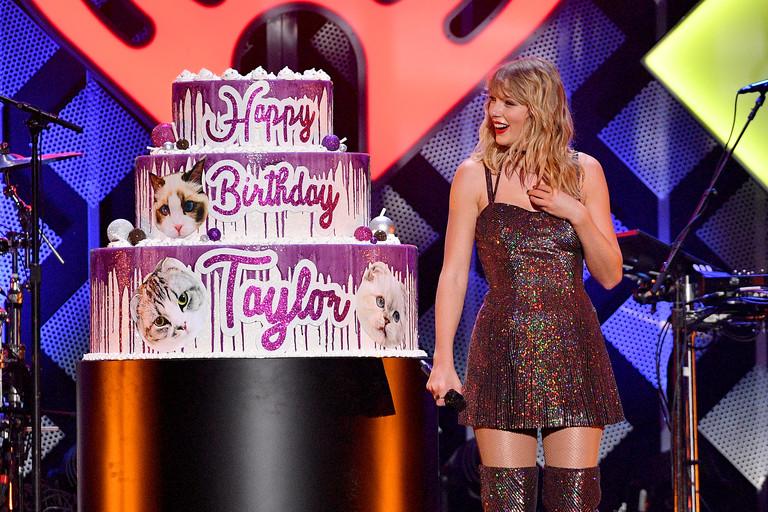 Тейлор Свифт и ее праздничный торт