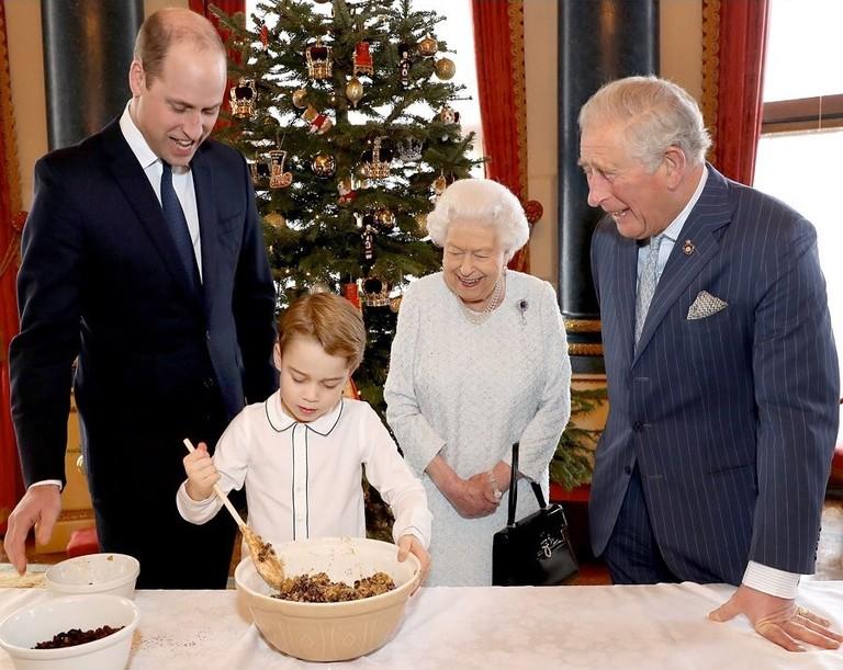Принц Уильям, принц Джордж, Елизавета II и принц Чарльз