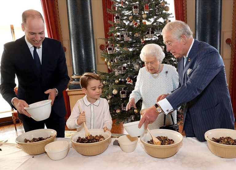 Принц Джордж с отцом Уильямом, дедом Чарльзом и прабабушкой Елизаветой II