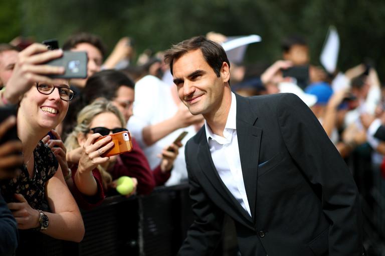 Роджер Федерер с поклонницами