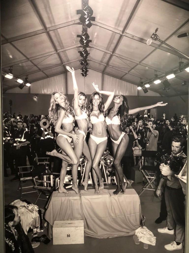 Фото с выставки «Рассел Джеймс. Десять лет за кулисами Victoria's Secret Fashion Show»