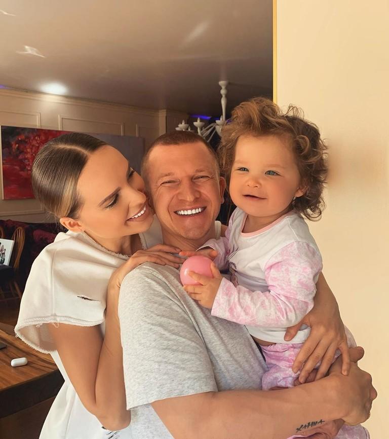 Ханна с мужем и дочкой