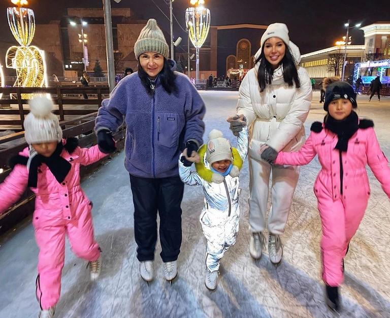 Оксана Самойлова с мамой и дочками