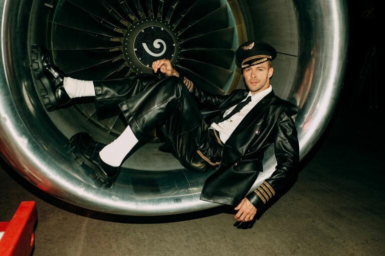 Макс Барских в клипе Just Fly