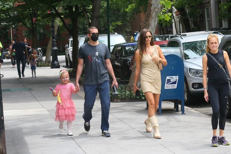 Ирина Шейк и Брждли Купер с дочерью Леей