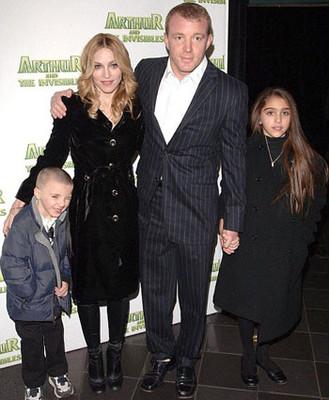 Мадонна с семьей
