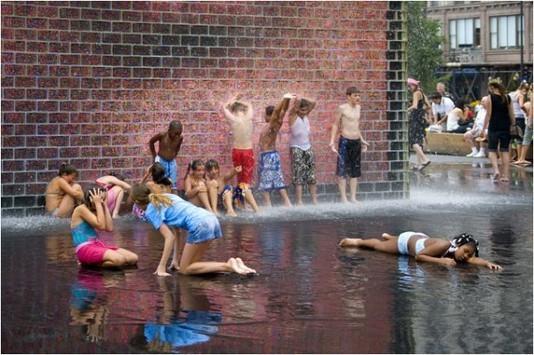 есть несколько небольших секретов, как спасаться от жары в городе, сделав солнечные деньки не только терпимыми, но и приятными.