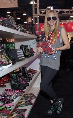 Аврил Лавин покупает туфельки