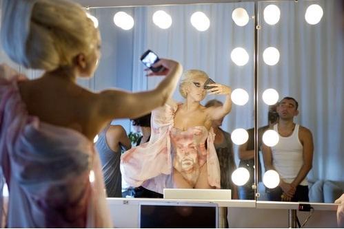 Lady GaGa сшила платье из фанатов