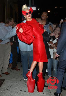 Леди Гага слушает свои туфли