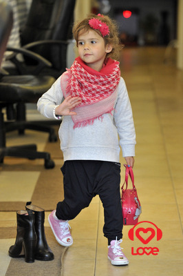 Джессика Альба отвела дочь на маникюр