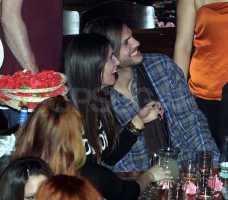 Эштон Катчер с новой девушкой в Афинах Эштон Катчер. гвен стефани слушать