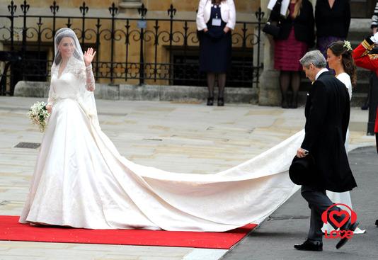 Так, супермодель Кейт Мосс (Kate Moss) выходила замуж в винтажном платье, которое ей помог сделать дизайнер Гальяно (John Galliano