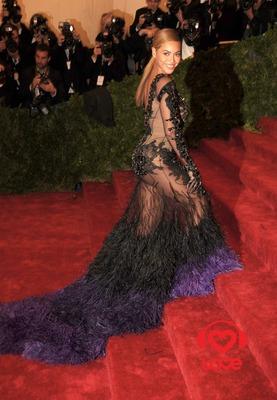 Бейонсе дефилирует в невероятно откровенном платье