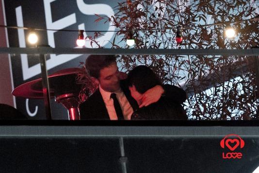 Роберт Паттинсон и Кристен Стюарт целуются в Каннах Роберт ...  Кристен Стюарт и Роберт Паттинсон Целуются