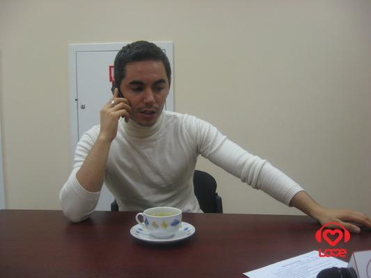 Тимур говорит по телефону