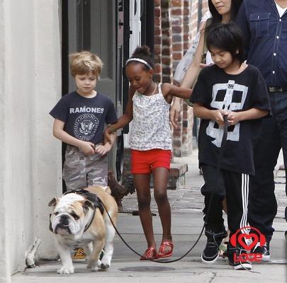 Анджелина Джоли на прогулке с детьми