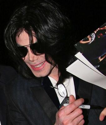Майкл Джексон выбрался на улицу!