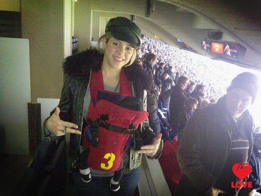 Шакира взяла на стадион трехнедельного сына
