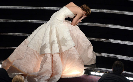 Дженнифер Лоуренс упала по пути за Оскаром